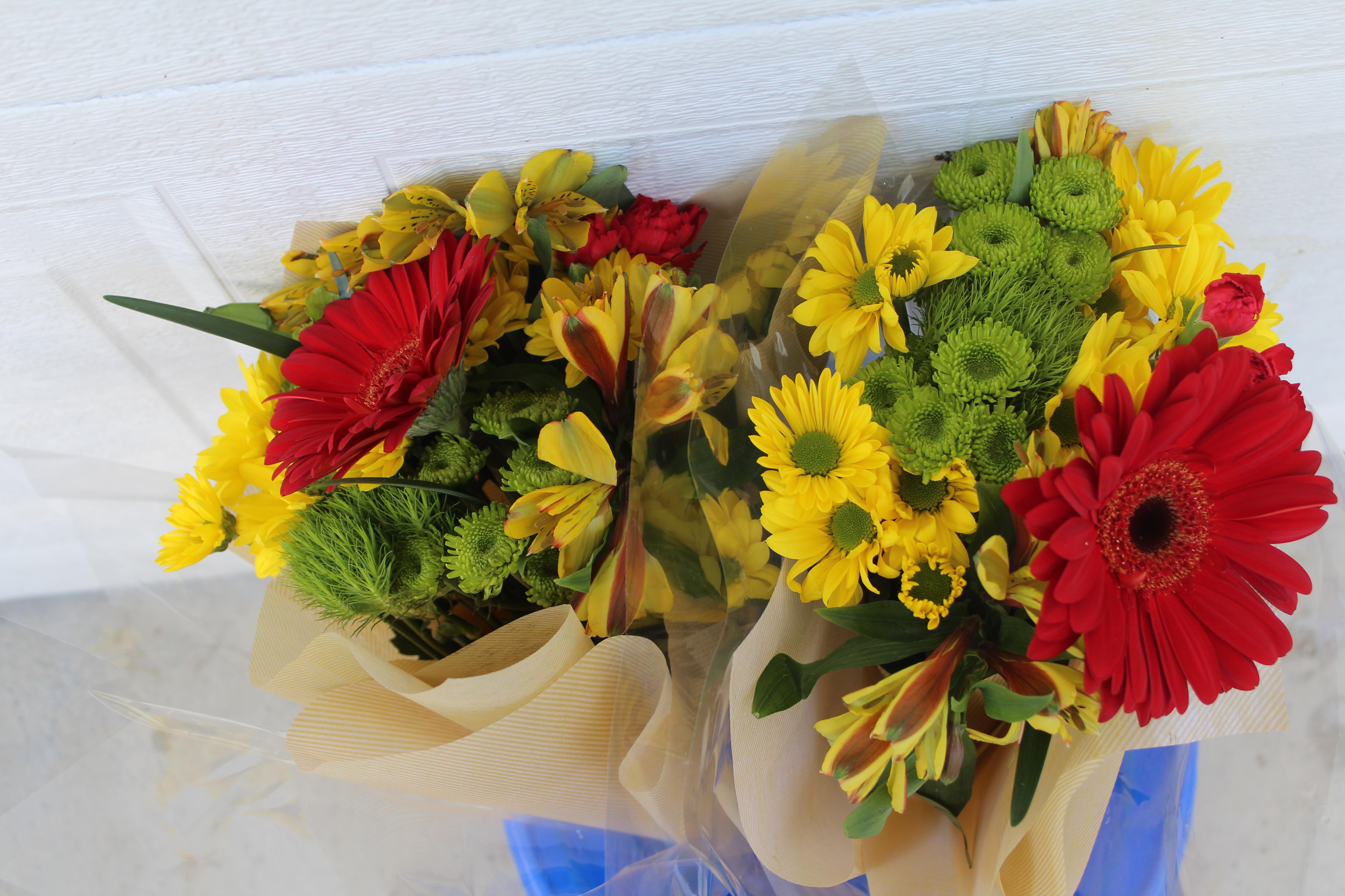 Easy farmhouse decor glass bottle flower arrangement for Flowers in glass bottles