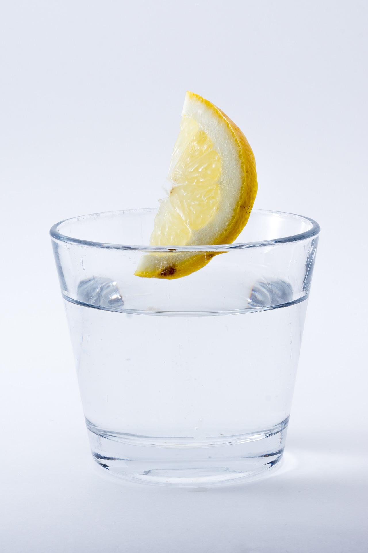 7 Reasons you should drink lemon water each day